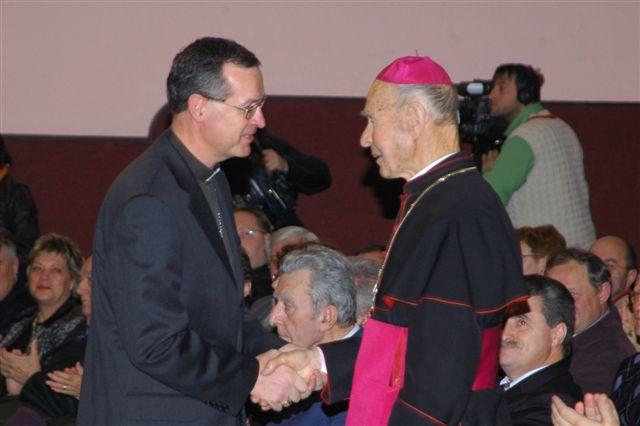 Murskosoboški škof dr. Marjan Turnšek čestita prekmurskemu rojaku škofu dr. Jožefu Smeju ob 85-letnici življenja