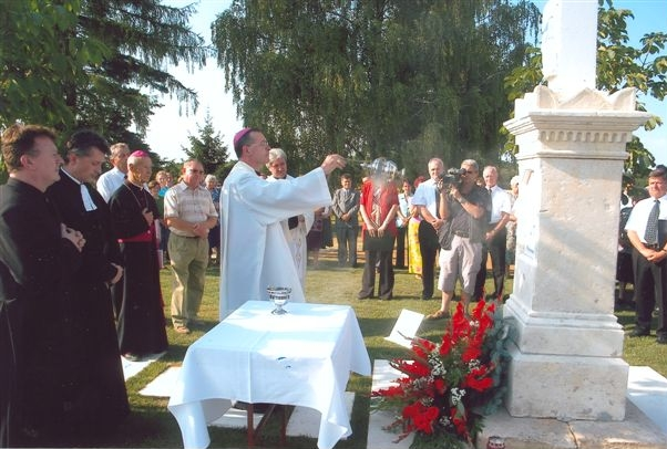 Škof dr. Marjan Turnšek blagoslavlja križ pri črnskem pokopališču
