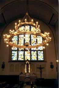 Lestenec, v ozadju Marijin stranski oltar in vitraz